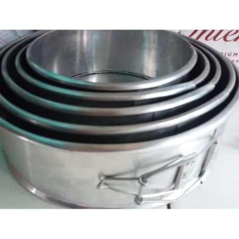 Home; Loyang Bongkar Pasang 24 Kue Chiffon Bolu T=8 Cm Aluminium Bulat -