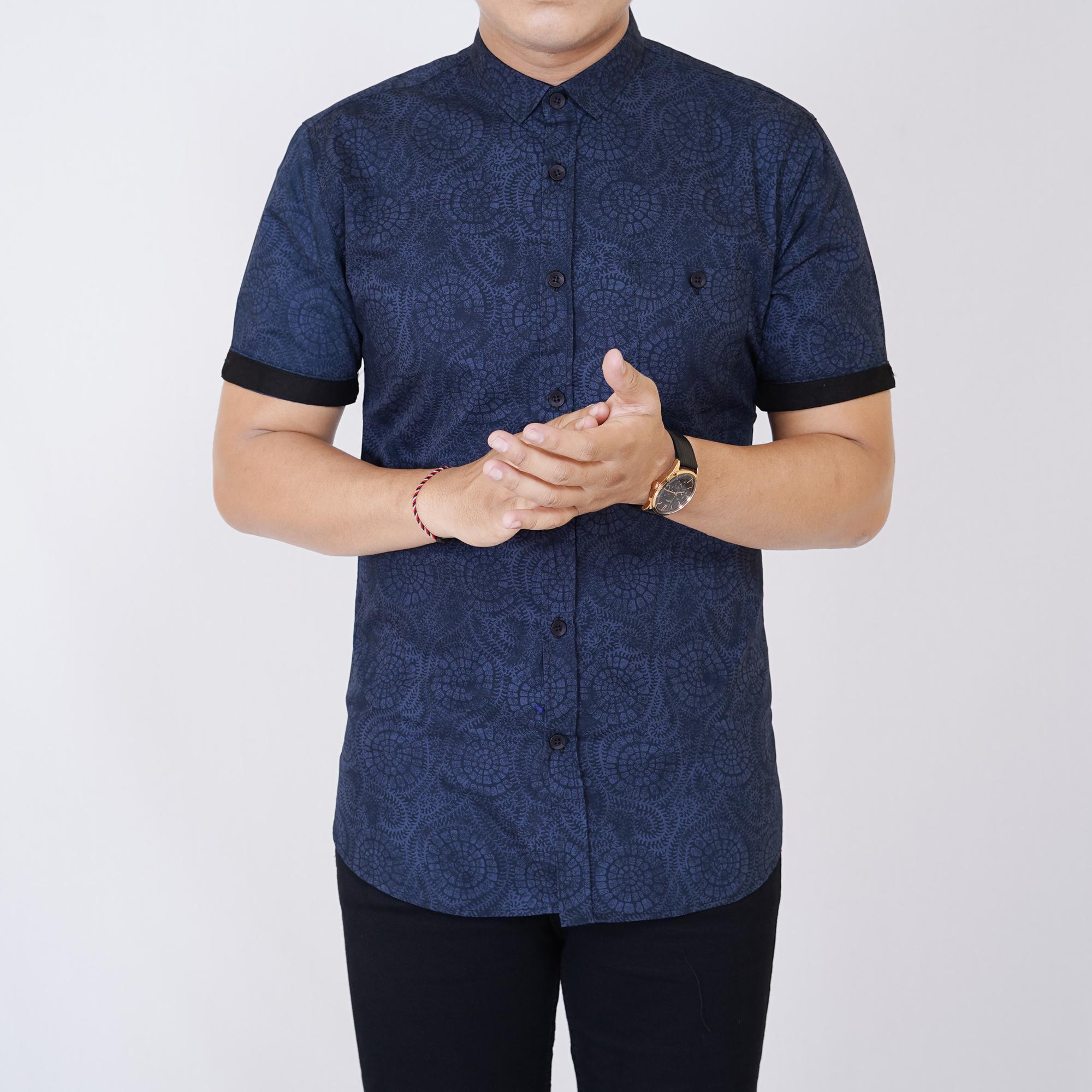 Zoeystore1 6347 Kemeja Printing Pria Lengan Pendek Exclusive Baju Kemeja  Formal Cowok Kerja Kantoran Navy Mix dc13351e6d