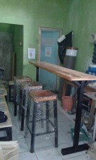 1 Set Meja Bar Dan Kursi Bar Cafe Kombinasi Kayu Dan Besi