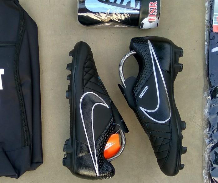sepatu bola bagus keren terlaris murah berkualitas kuat terbaru terlaris sepatu  sepakbola 3005f9e1b1