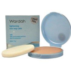Wardah Lightening Refill Two Way Cake Light Feel - 02 Golden Beige