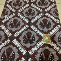 Batik Parang Garuda Kotak Jarik Khas Jogja Kebaya Primisima Bisa untuk kemeja, bawahan kebaya, seserahan, hajatan, dll. Foto : Real pict (no edit) Ukuran : 210cm X 110cm Bahan : Katun Primisima