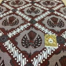 Batik Parang Garuda Kotak Jarik Khas Jogja Kebaya Primisima Bisa untuk kemeja, bawahan kebaya, seserahan, hajatan, dll.Foto : Real pict (no edit) Ukuran : 210cm X 110cm Bahan : Katun Primisima
