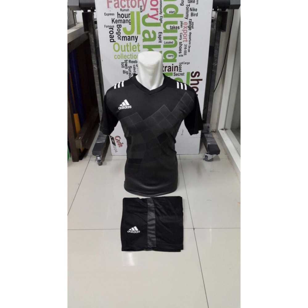 Harga preferensial Kostum Kaos Sepakbola Futsal Volly Takraw M L XL Hitam  Plus Celana Pendek 20.3 beli de3d5cf12e1fd