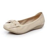 Iklan Kulit Sepatu Hak Perempuan Datar Dengan Sepatu Santai Beige