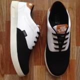 Harga Sepatu Casual Clasic Pria Black And White