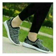 Sepatu kets wanita yezzy hitam