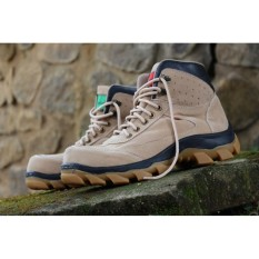 Sepatu Pria Safety Tracking/Gunung Boot Kickers Sued Mercy Ujung Besi (krem)