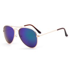 Masuknya orang pria kacamata hitam kacamata terpolarisasi driver cermin dalam matahari kaca mata. Source ·